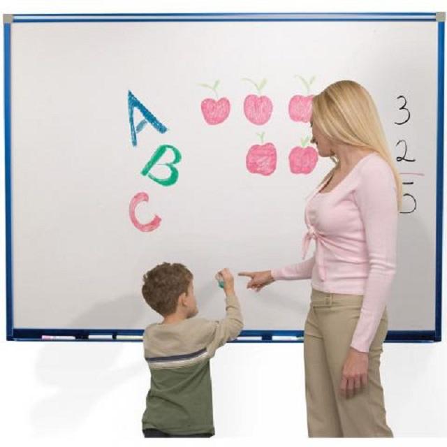 Bảng từ trắng đồ dùng cần thiết để bé học các mẫu bảng chữ cái tiếng Việt tại nhà