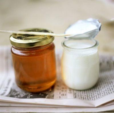 Mật ong trắng da khi kết hợp với sữa tươi